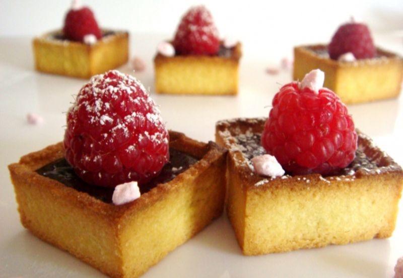 Mini Trendy carré au beurre  choco framboise et brisure de meringue à la fraise