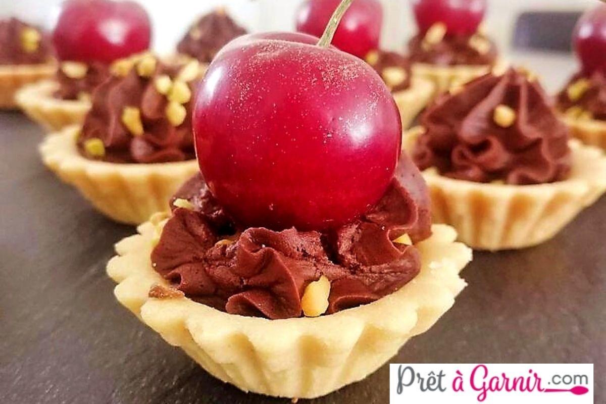 Mini tartelette sablée ganache au chocolat , pistaches et cerises