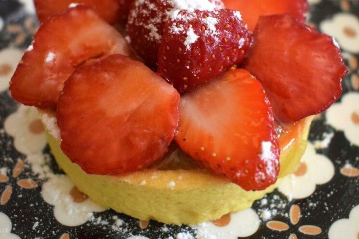 Tartelette croquante à la compotée de rhubarbe et aux fraises