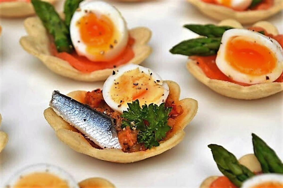 Mini Lotus à la tapenade, anchois et œuf de caille