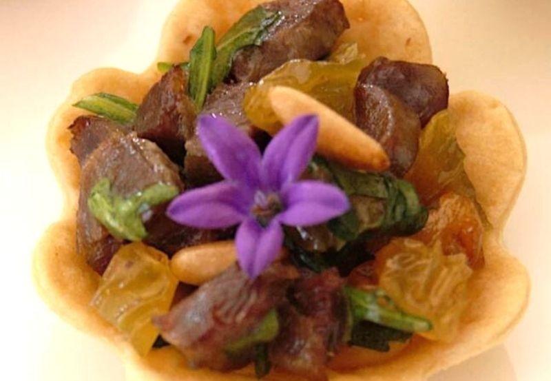 Mini lotus aux gésiers de canard, pignons de raisins blonds et sa roquette