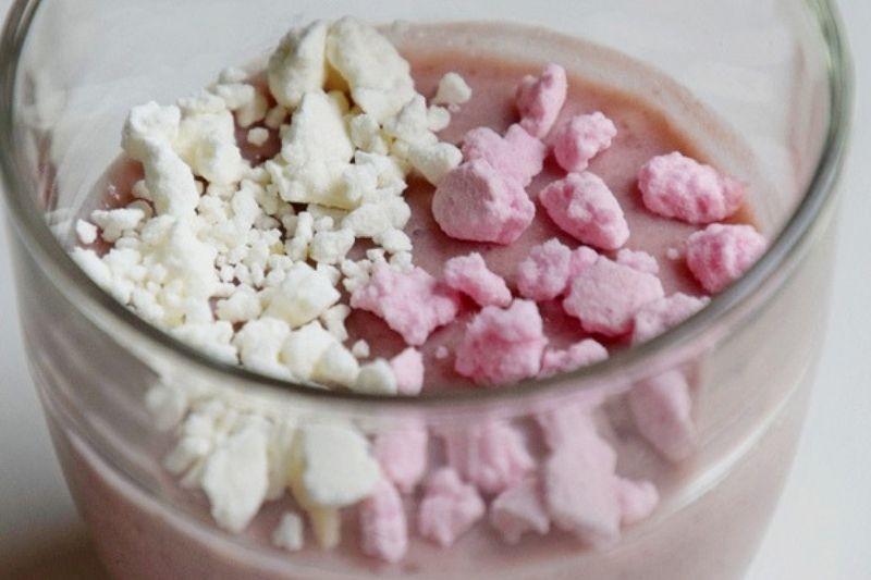 Crème à la confiture de framboise et crumble de meringue