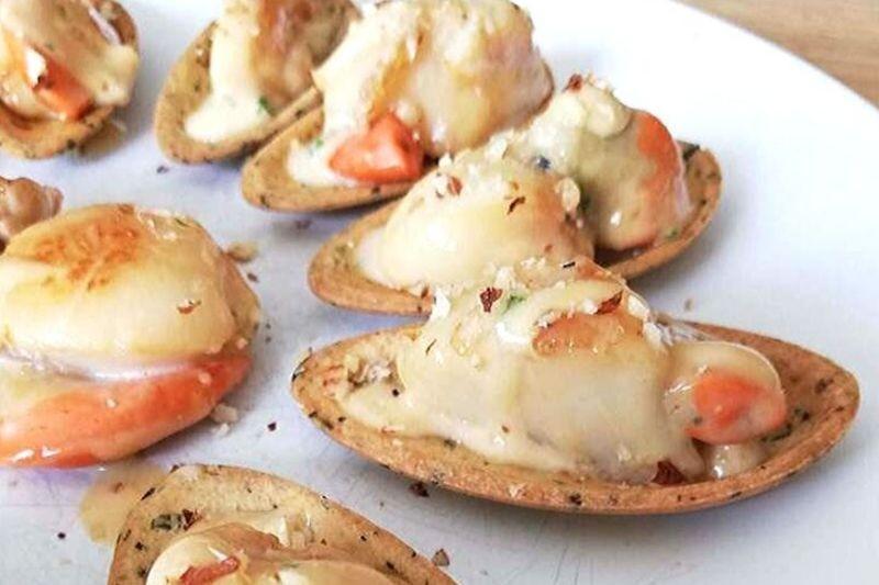 Fine Coquille au beurre persillé  à la noix de St Jacques poêlées aux écalts de noisettes