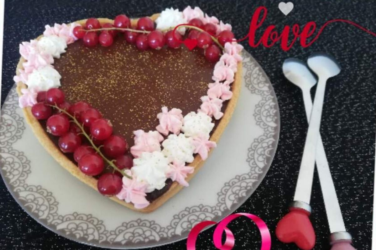 Tarte sablée coeur ganache au chocolat et gelée de framboises